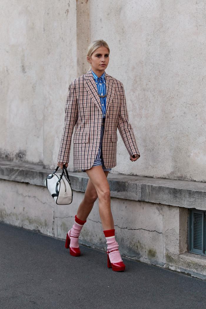 zapato con calcetin, 10 mentiras de moda que nos han hecho creer toda la vida