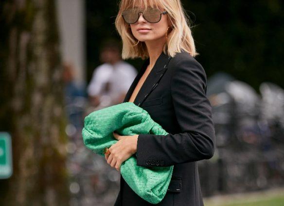 street style, 5 prendas que te sumarán más de 10 años automáticamente, pouch bag, bolso verde, bottega venetta