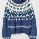 De inspiración alpina, con grecas tricotadas alrededor del cuello, es de H&M.