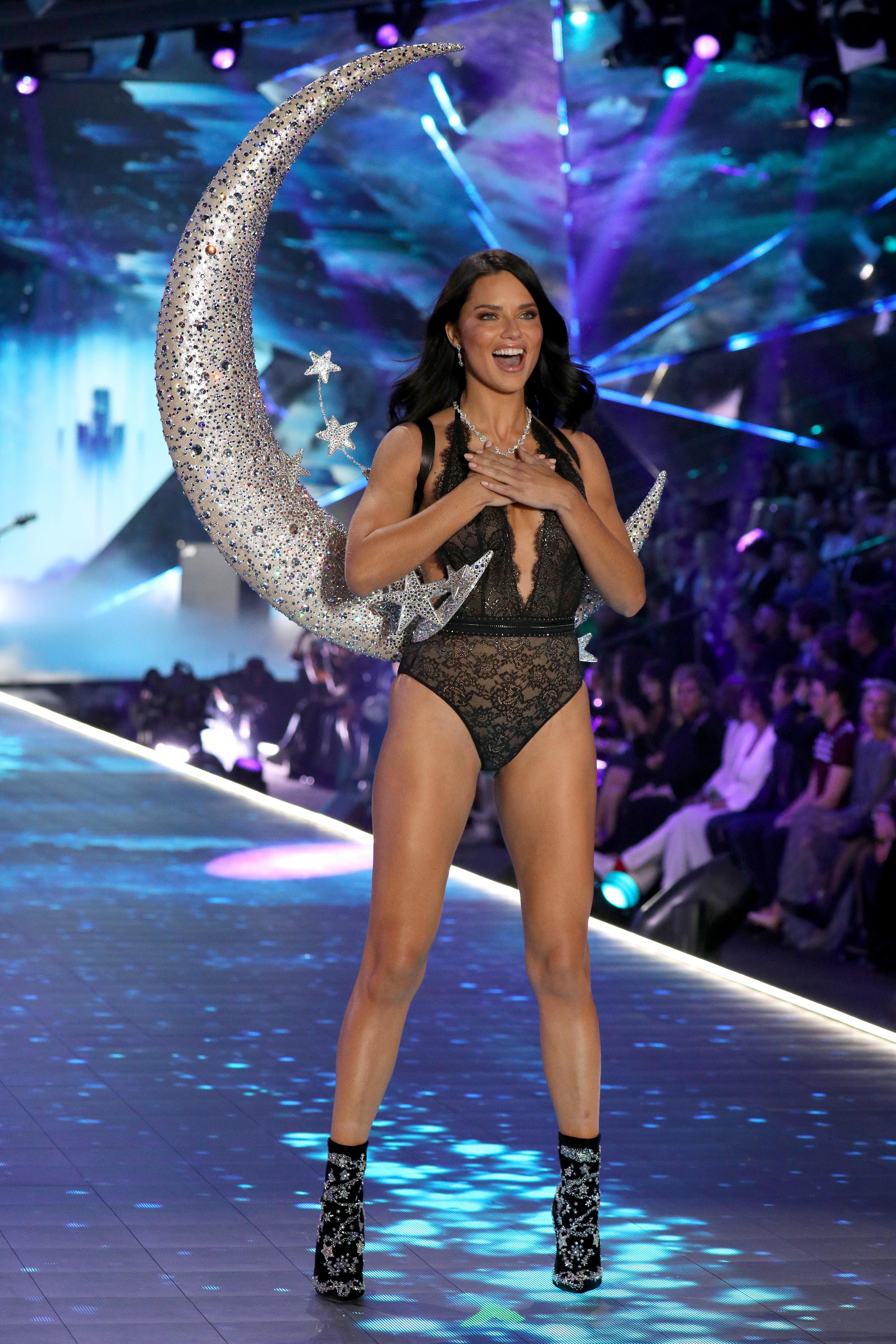 https://www.harpersbazaar.mx/moda/pasarelas/adriana-lima-adios-victoria-secret-fashion-show-2018-llora/