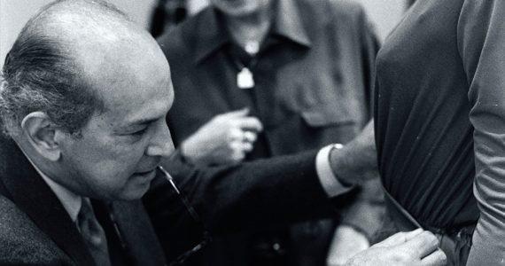 Oscar-De-La-Renta-Fiiting-1990-Foto-Getty-Images