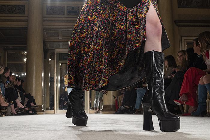 14 zapatos que dominaron Milán Fashion Week. Zapatos según tu personalidad. botas con plataforma