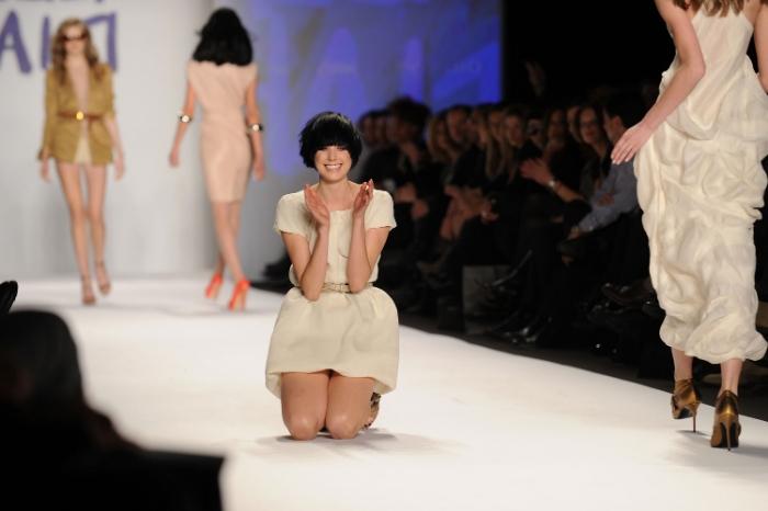 Agyness Deyn, modelos caen, modelo en pasarela, caídas en desfiles, incómodos sobre la pasarela