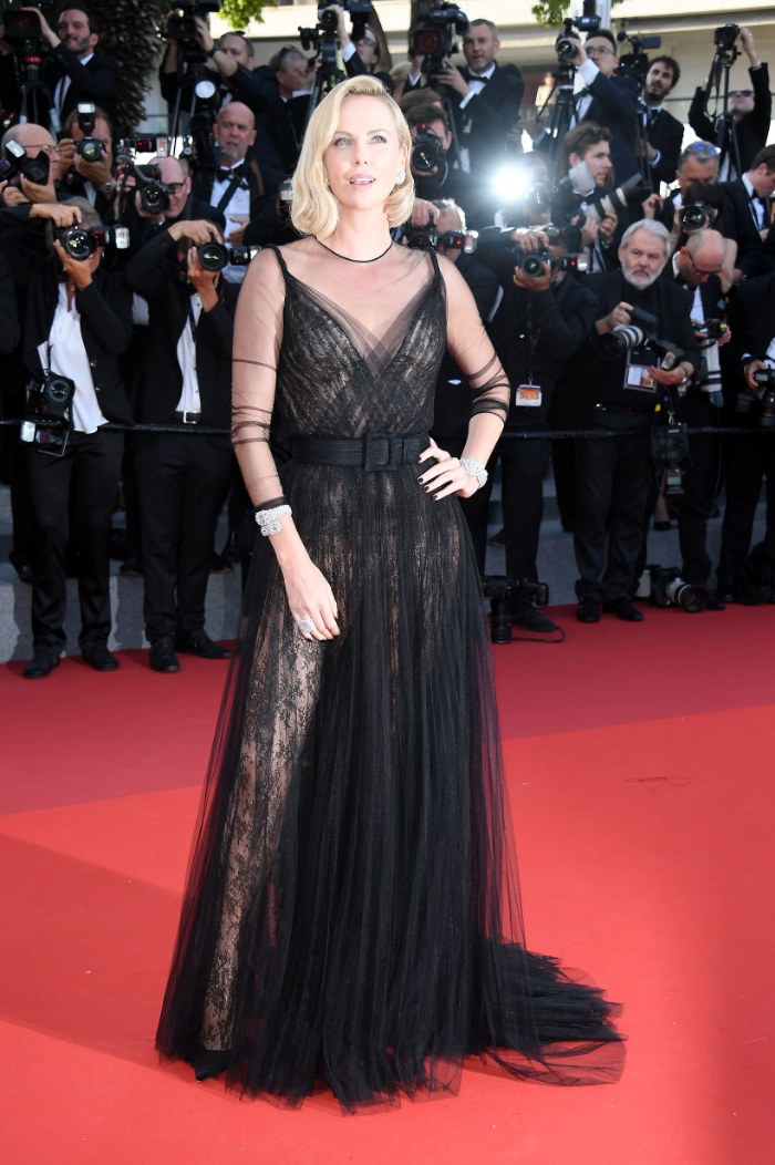 Charlize Theron, 2017. Foto: Venturelli/WireImage, mejores vestidos en cannes, CANNES, FRANCE - MAY 23: Charlize Theron attends the 70th Anniversary screening during the 70th annual Cannes Film Festival at Palais des Festivals on May 23, 2017 in Cannes, France. (Photo by Venturelli/WireImage)
