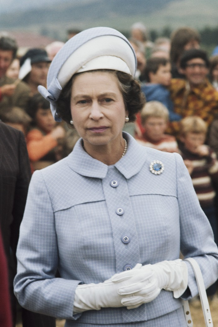 Queen Elizabeth ll during the Queen's Silver Jubilee Tour in Wellington, New Zealand, 27th February 1977. (Photo by Serge Lemoine/Getty Images), Broche principe alberto, zafiro,