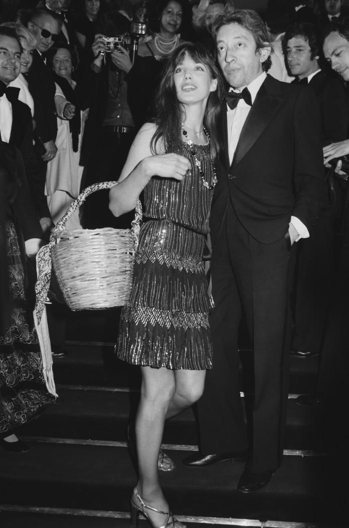 Jane Birkin y Serge Gainsbourg, 1974., mejores vestidos, FRANCE - MAY 19: Cannes Film Festival In Cannes, France On May 19, 1974-Jane Birkin and Serge Gainsbourg. (Photo by GIRIBALDI/Gamma-Rapho via Getty Images)