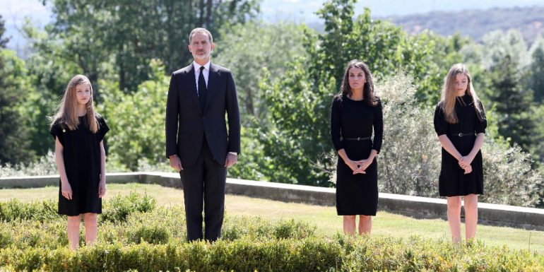 Reyes de España honran a víctimas de COVID-19, In this handout provide by Casa de S.M. el Rey Spanish Royal Household, (L-R) Princess Leonor of Spain, King Felipe VI of Spain, Queen Letizia of Spain and Princess Sofia of Spain take a minute of silence for the COVID 19 victims at the Zarzuela Palace on May 27, 2020 in Madrid, Spain. (Photo by Casa de S.M. el Rey Spanish Royal Household via Getty Images)