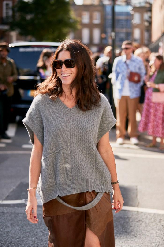 Street style, sonrisa, pestañas. café, sombrero, suéter negro
