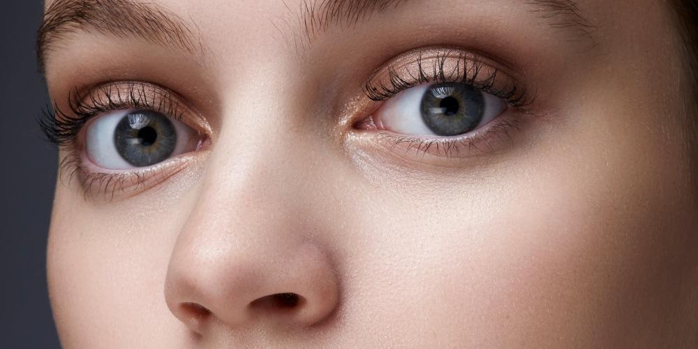 ¿Piel cansada? Despiértala con estos tratamientos, studio beauty shot of a beautiful woman with lotion spot on her face