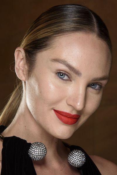 Maquillaje otoño 2020 labios rojos