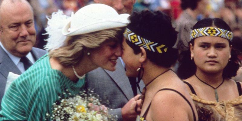 La princesa Diana y el príncipe Carlos en Australia saludo