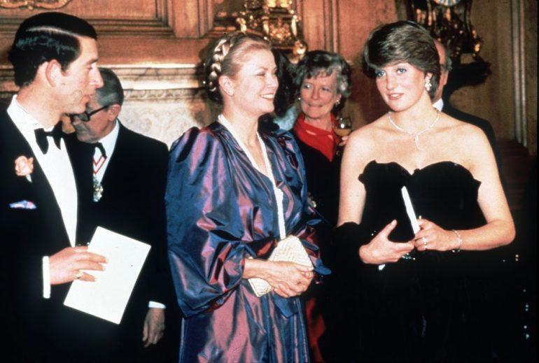 Lady Di y Grace Kelly en el hall