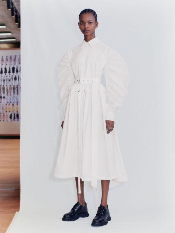 Alezander McQueen Primavera Verano 2021 vestido blanco