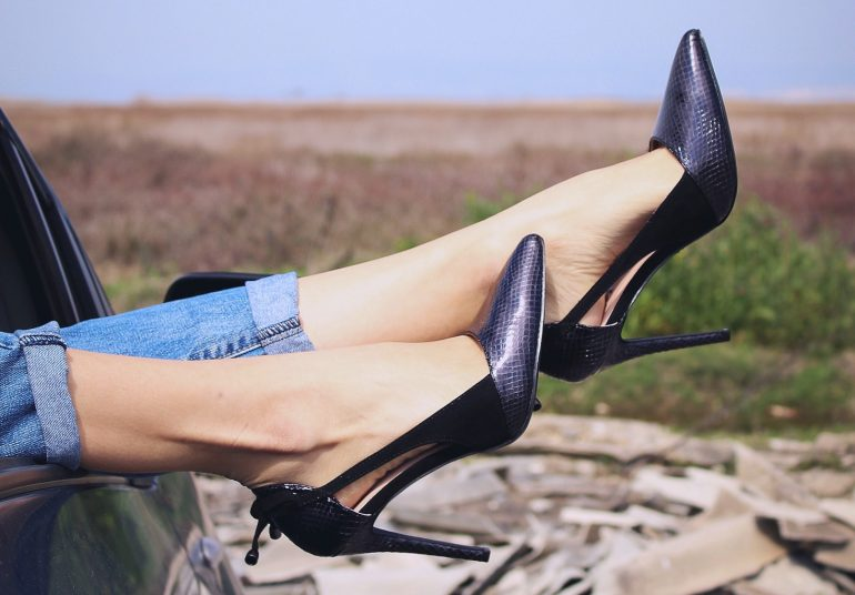 cómo combinar zapatos mujer