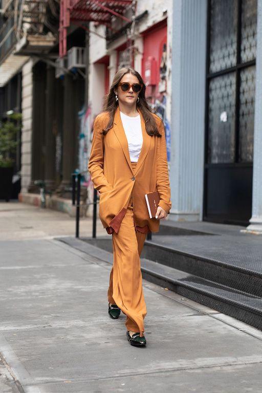 Cómo vestir años 70 tendencias 2021 naranja