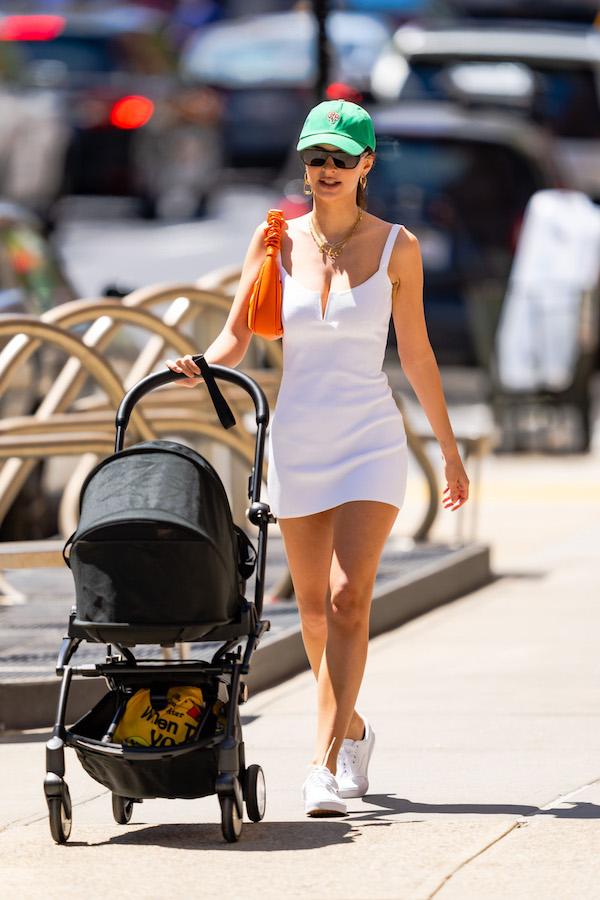 Emily Ratajkowski vestido tenis blanco