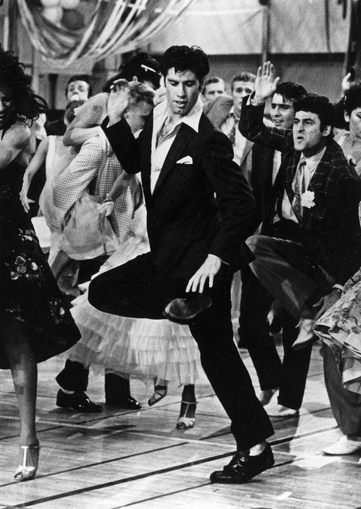 john travolta bailando con traje